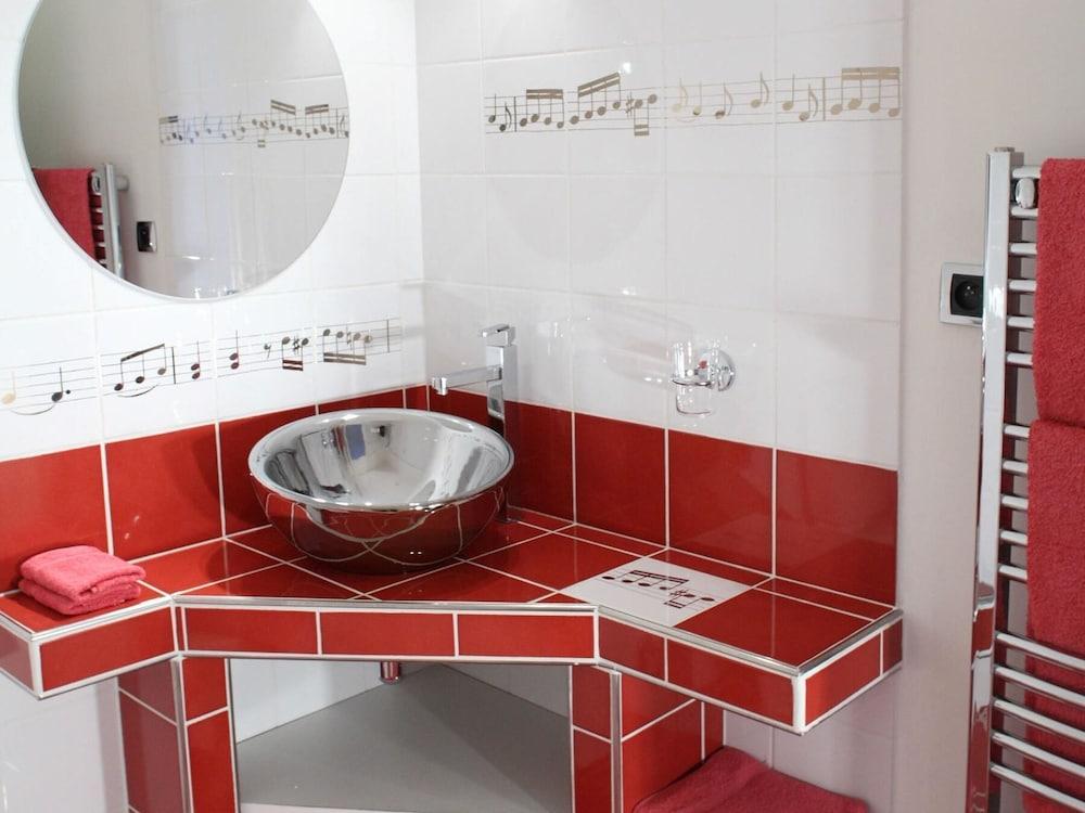 르 를레 루이스 XI(Le Relais Louis XI) Hotel Image 29 - Bathroom Sink