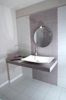 르 를레 루이스 XI(Le Relais Louis XI) Hotel Image 28 - Bathroom Sink