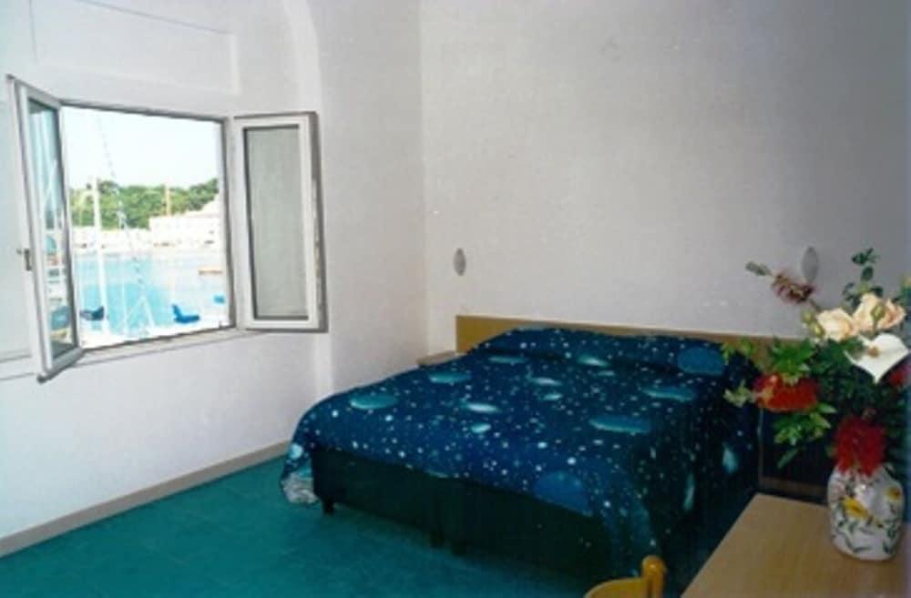로칸다 술 마레(Locanda sul Mare) Hotel Image 2 - Guestroom