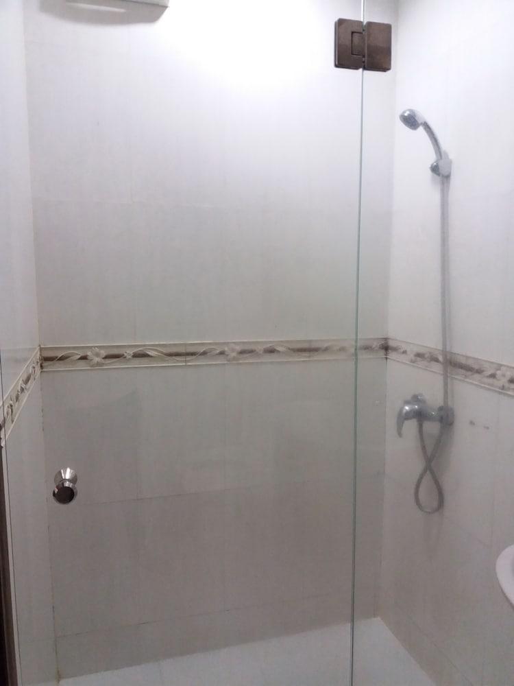 니차 후아인 호텔(Nicha Hua Hin Hotel) Hotel Image 47 - Bathroom Shower