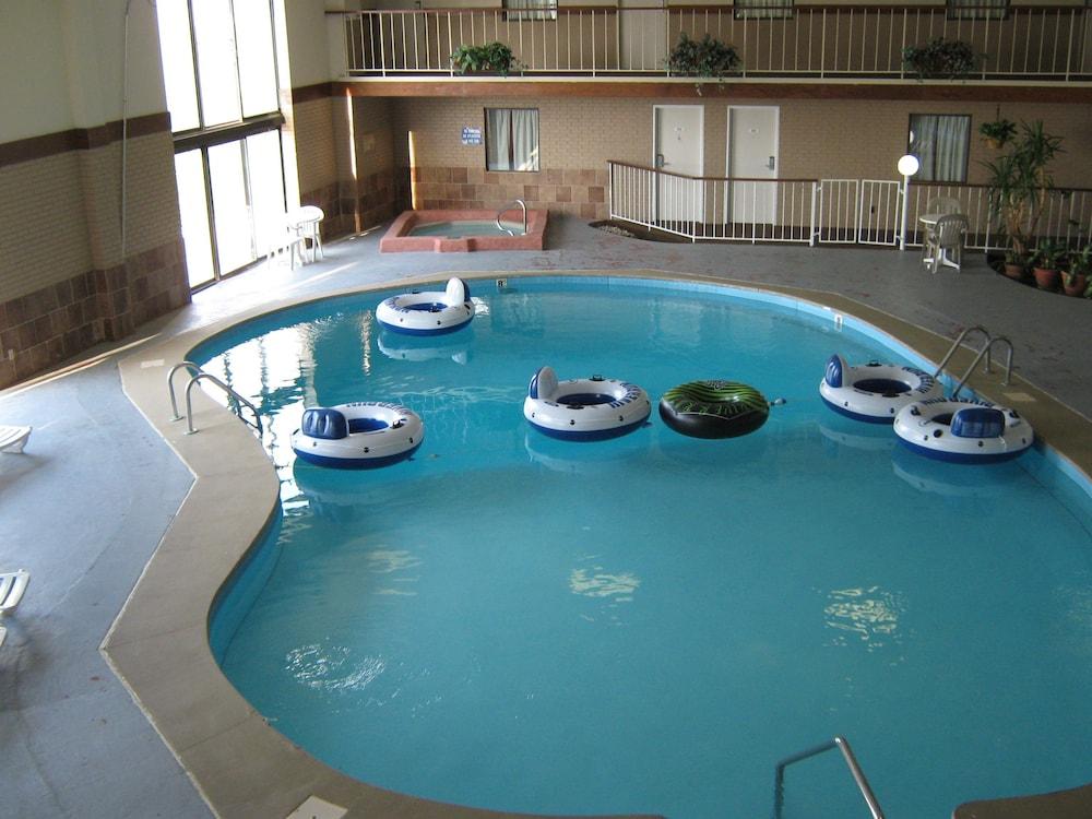 로드웨이 인 & 스위트(Rodeway Inn & Suites) Hotel Image 47 - Indoor Pool