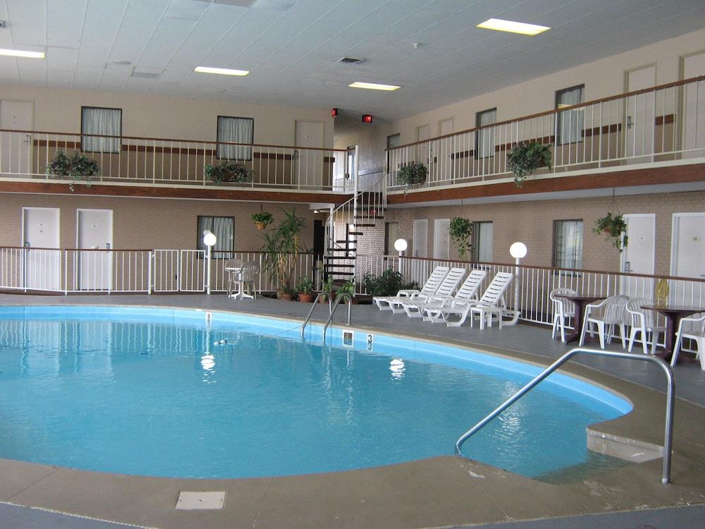 로드웨이 인 & 스위트(Rodeway Inn & Suites) Hotel Image 46 - Indoor Pool