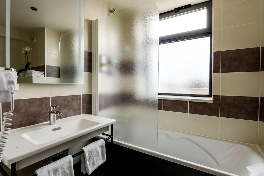 브릿 호텔 두 스타드(Brit Hotel Du Stade) Hotel Image 30 - Bathroom