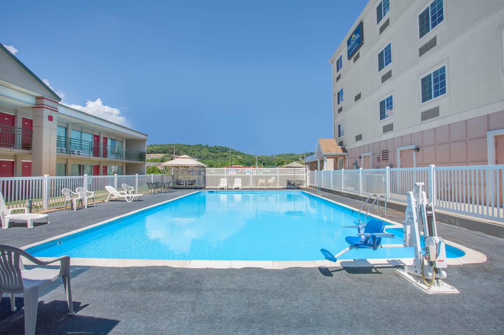 마이크로텔 인 앤드 스위트 바이 윈덤 해리슨버그(Microtel Inn & Suites by Wyndham Harrisonburg) Hotel Thumbnail Image 1 - Pool