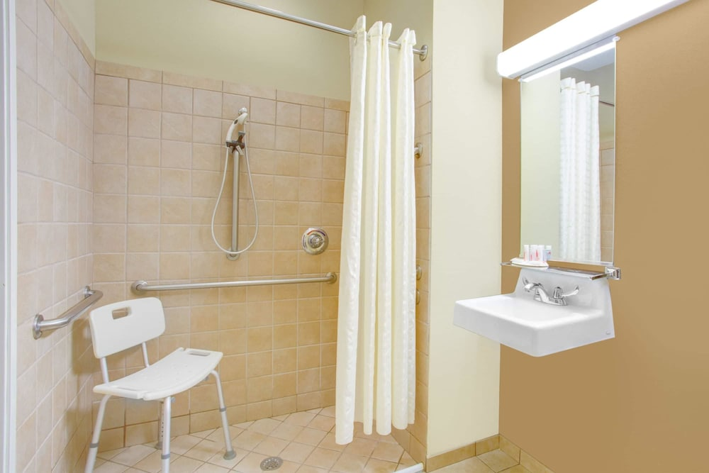 마이크로텔 인 앤드 스위트 바이 윈덤 해리슨버그(Microtel Inn & Suites by Wyndham Harrisonburg) Hotel Thumbnail Image 9 - Bathroom
