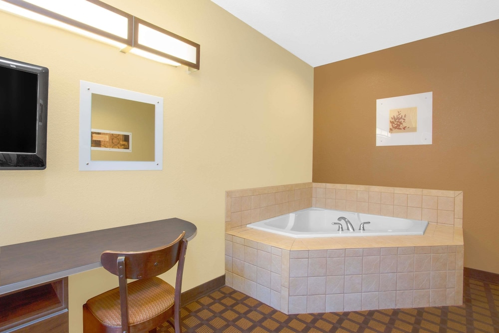 마이크로텔 인 앤드 스위트 바이 윈덤 해리슨버그(Microtel Inn & Suites by Wyndham Harrisonburg) Hotel Image 11 - Jetted Tub