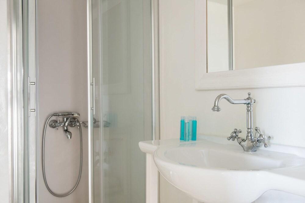 스타고네스 럭셔리 빌라(Stagones Luxury Villas) Hotel Image 41 - Bathroom