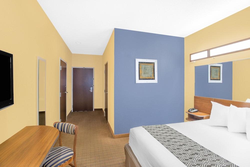 마이크로텔 인 앤드 스위트 바이 윈덤 차일라이/로체스터 에어포트(Microtel Inn & Suites by Wyndham Chili/Rochester Airport) Hotel Image 2 - Guestroom