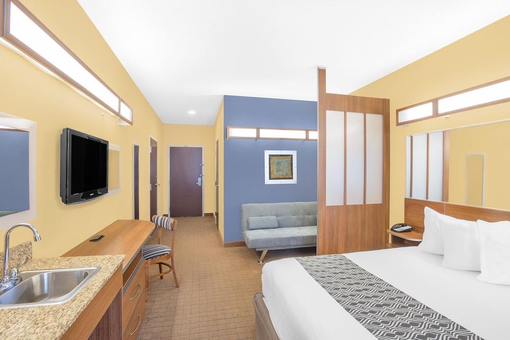 마이크로텔 인 앤드 스위트 바이 윈덤 차일라이/로체스터 에어포트(Microtel Inn & Suites by Wyndham Chili/Rochester Airport) Hotel Image 4 - Guestroom