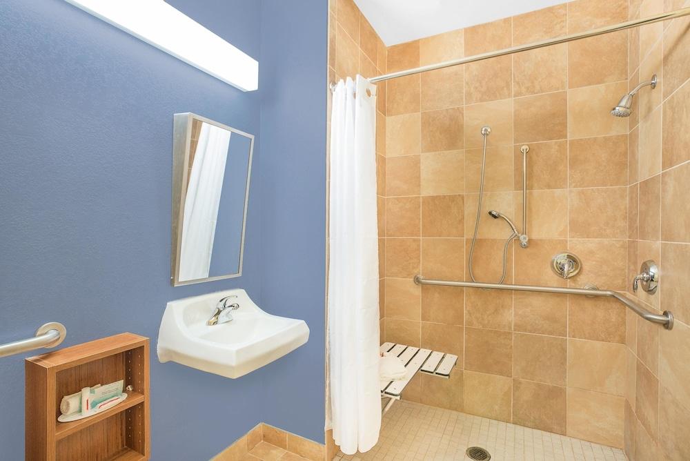 마이크로텔 인 앤드 스위트 바이 윈덤 차일라이/로체스터 에어포트(Microtel Inn & Suites by Wyndham Chili/Rochester Airport) Hotel Image 13 - Bathroom Shower