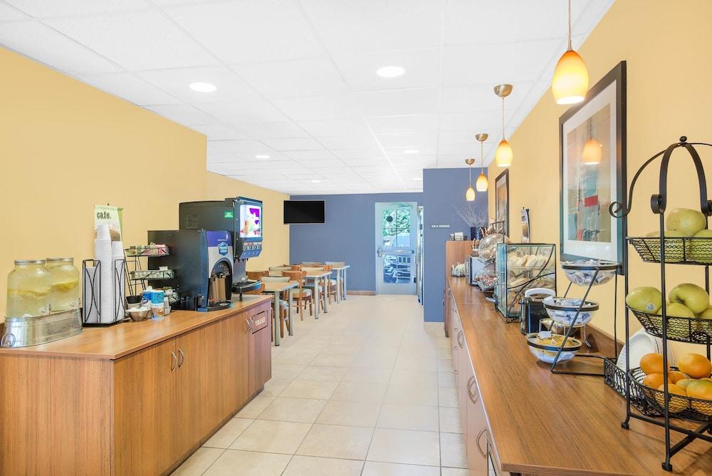 마이크로텔 인 앤드 스위트 바이 윈덤 차일라이/로체스터 에어포트(Microtel Inn & Suites by Wyndham Chili/Rochester Airport) Hotel Image 8 - Breakfast Area