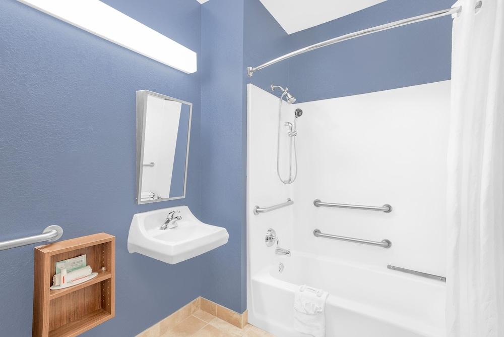 마이크로텔 인 앤드 스위트 바이 윈덤 차일라이/로체스터 에어포트(Microtel Inn & Suites by Wyndham Chili/Rochester Airport) Hotel Image 12 - Bathroom