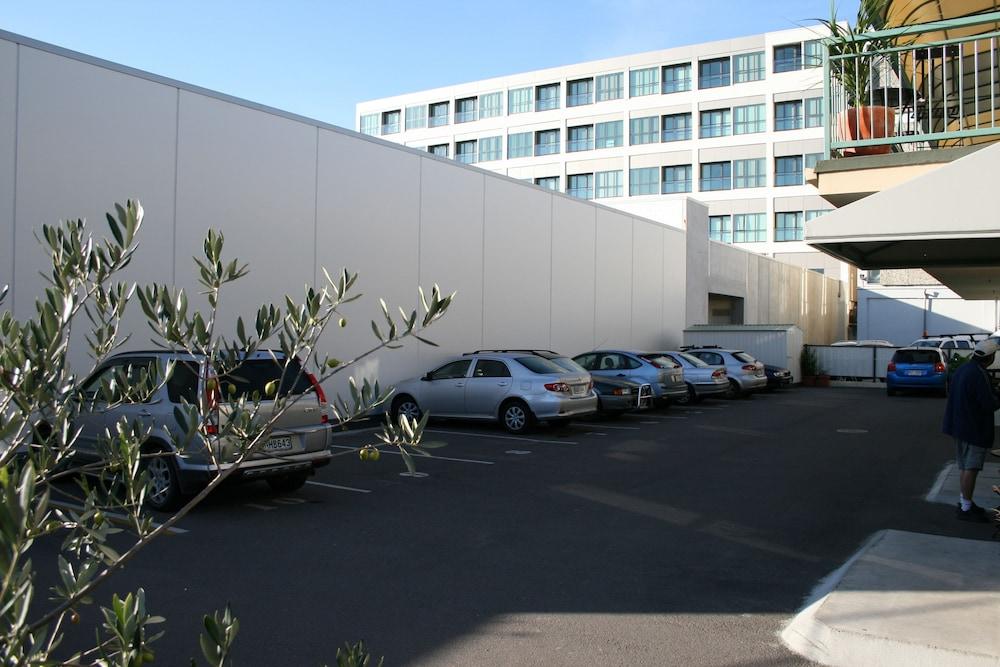 어스트레이 모텔 앤드 백팩커스(Astray Motel & Backpackers) Hotel Image 60 - Parking