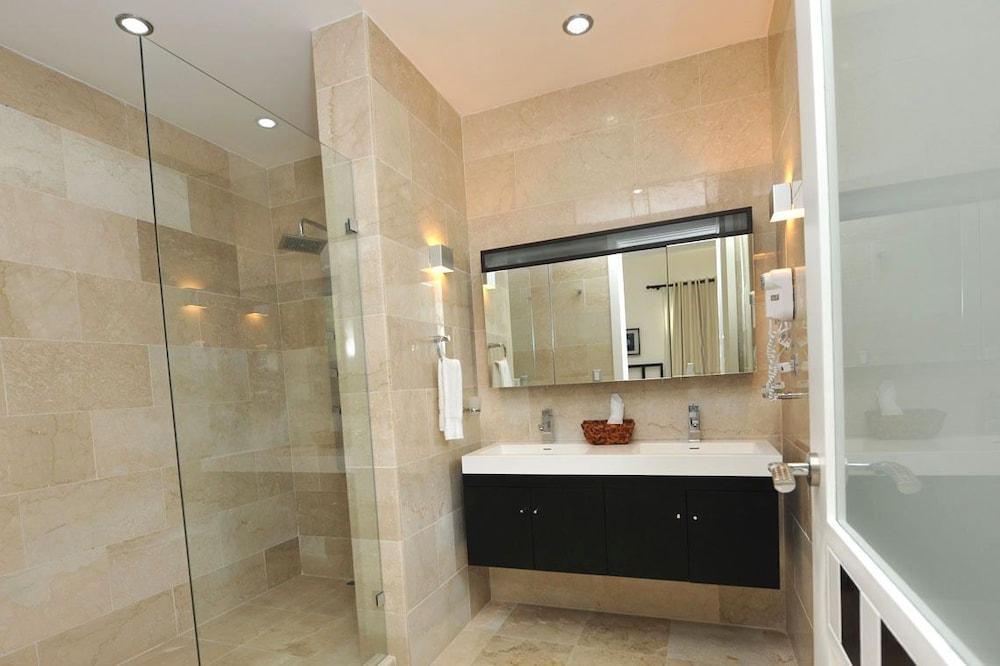 워터마크 럭셔리 오션프런트 올 스위트 호텔(Watermark Luxury Oceanfront All Suite Hotel) Hotel Image 8 - Bathroom
