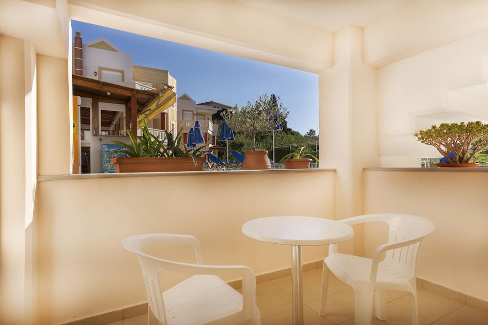 아르테미스 아파트먼트(Artemis Apartments) Hotel Image 31 - Terrace/Patio