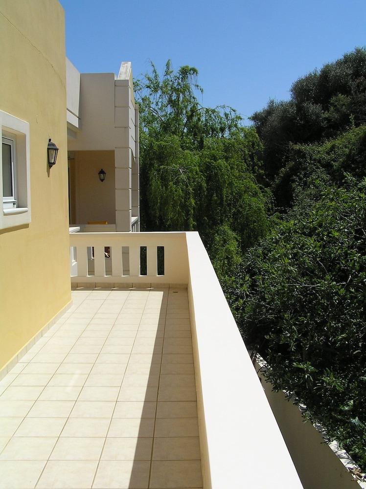 아르테미스 아파트먼트(Artemis Apartments) Hotel Image 30 - Terrace/Patio