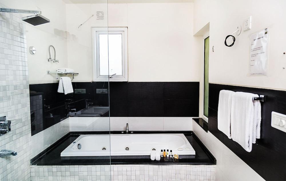 만트라 아말타스(Mantra Amaltas) Hotel Image 27 - Bathroom