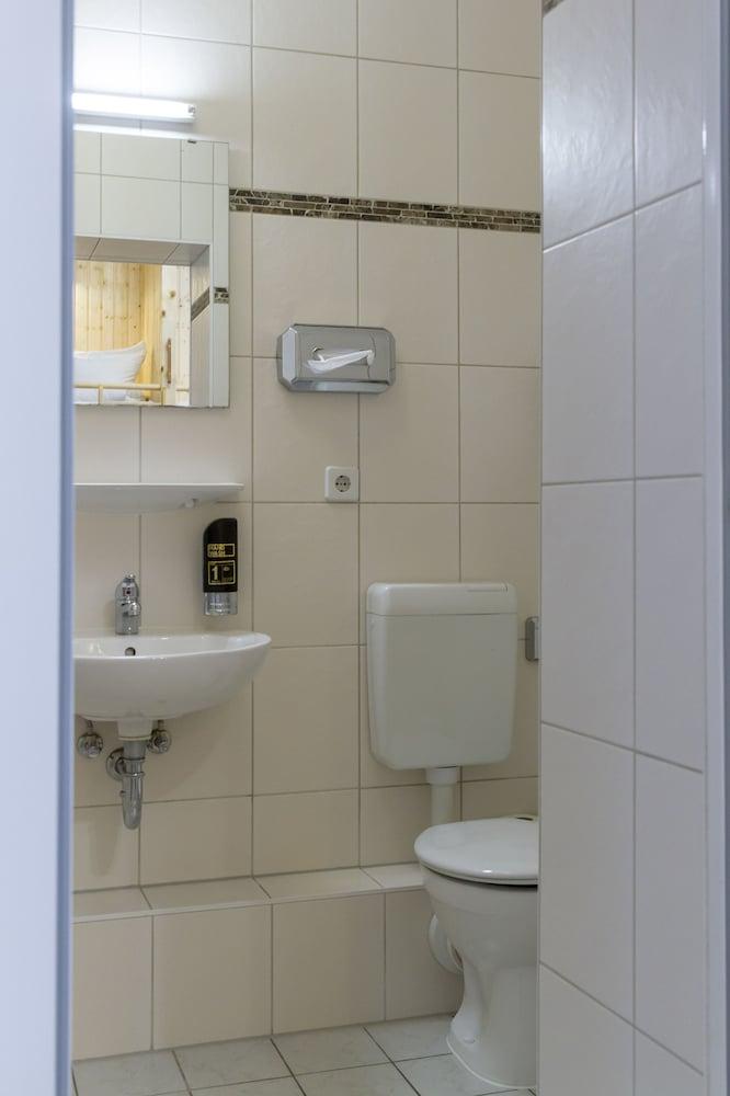 호텔 레벤스퀠 암 체크포인트 찰리 베를린(Hotel LebensQuelle am Checkpoint Charlie Berlin) Hotel Image 26 - Bathroom