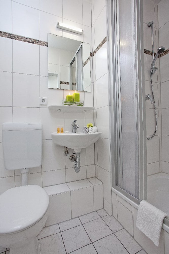 호텔 레벤스퀠 암 체크포인트 찰리 베를린(Hotel LebensQuelle am Checkpoint Charlie Berlin) Hotel Image 25 - Bathroom