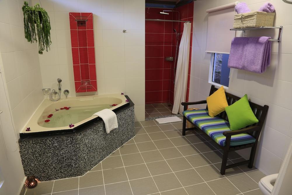 마누칸 아일랜드 리조트(Manukan Island Resort) Hotel Image 64 - Deep Soaking Bathtub