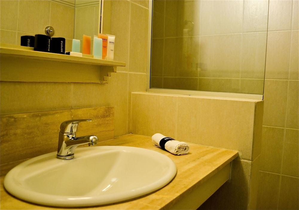 세레나 호텔(Serena Hotel) Hotel Image 37 - Bathroom Sink