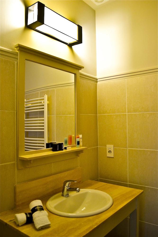 세레나 호텔(Serena Hotel) Hotel Image 32 - Bathroom Sink