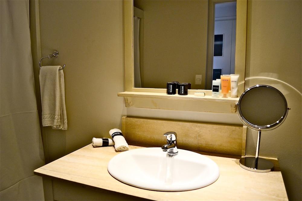 세레나 호텔(Serena Hotel) Hotel Image 34 - Bathroom Sink