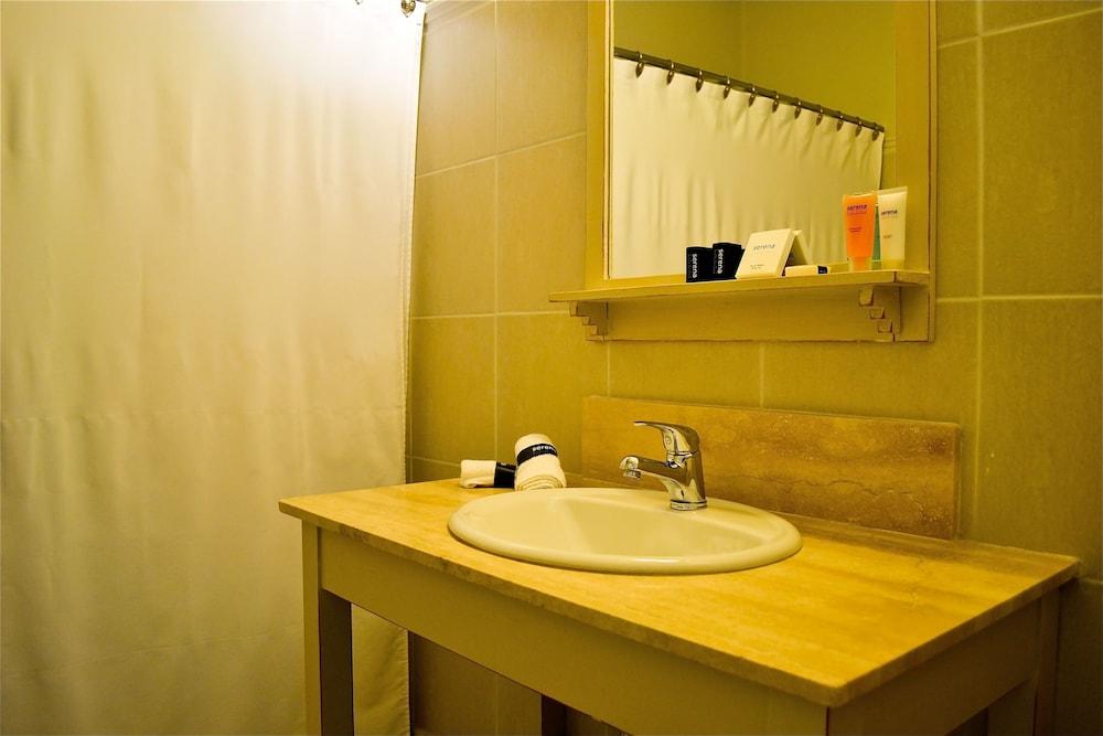 세레나 호텔(Serena Hotel) Hotel Image 33 - Bathroom Sink