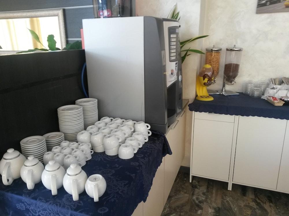 호텔 애틀랜틱 메우블레(Hotel Atlantic Meublè) Hotel Image 41 - Breakfast Area