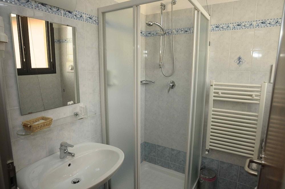 호텔 애틀랜틱 메우블레(Hotel Atlantic Meublè) Hotel Image 39 - Bathroom