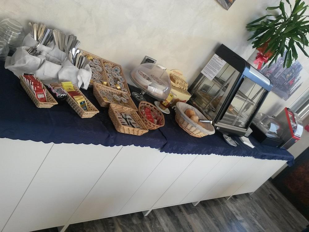 호텔 애틀랜틱 메우블레(Hotel Atlantic Meublè) Hotel Image 43 - Food and Drink