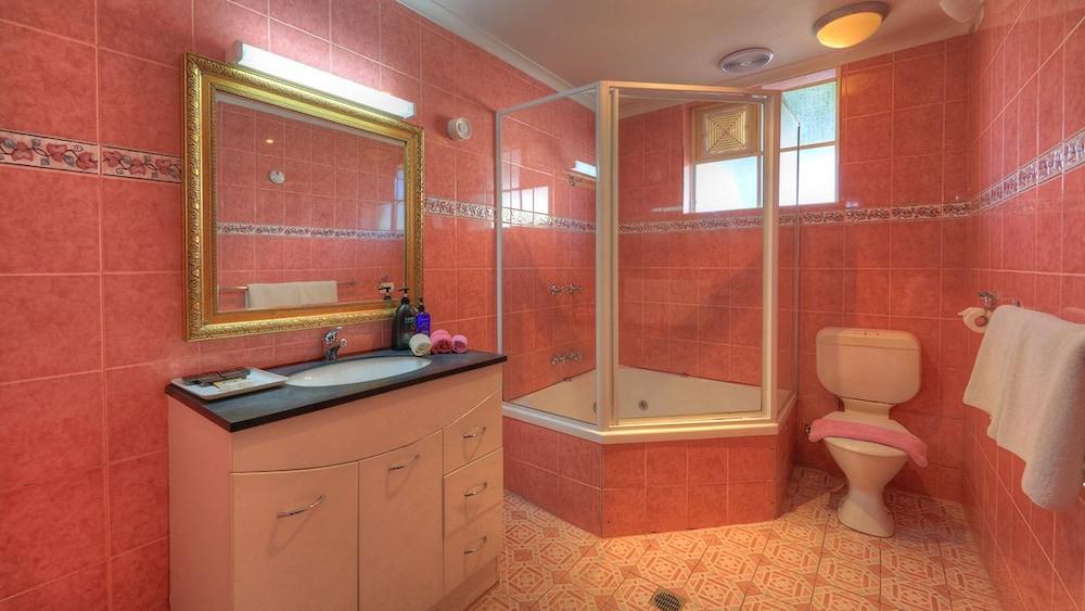 햇처스 리치먼드 매너(Hatchers Richmond Manor) Hotel Image 103 - Bathroom