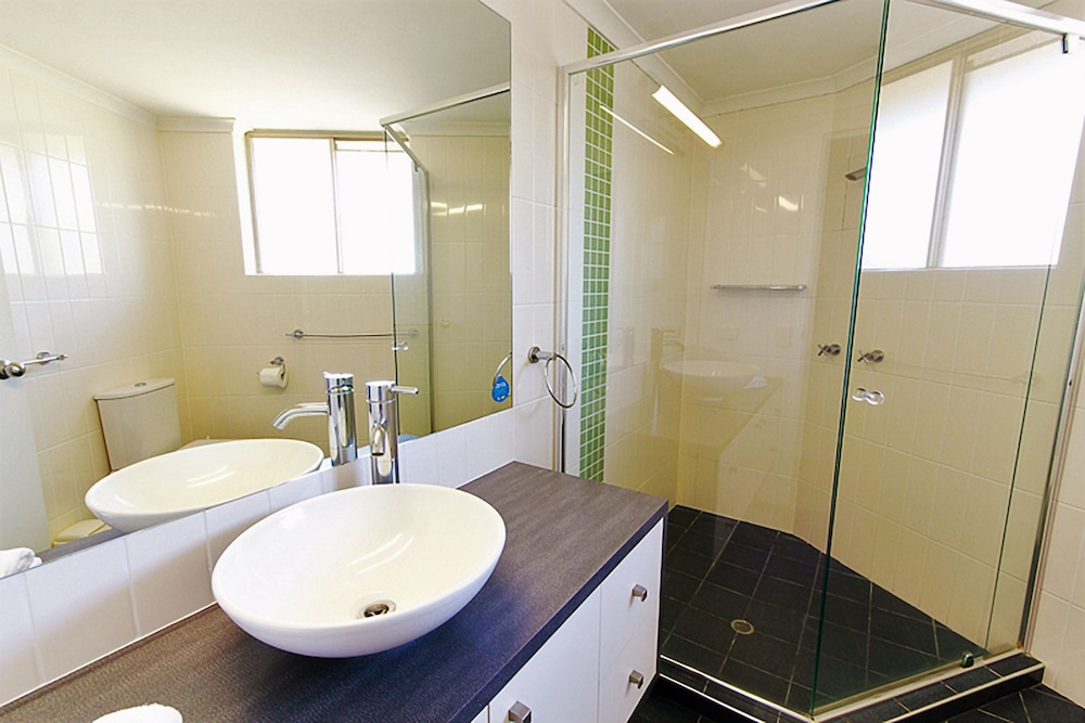 샌드 캐슬 커럼빈 비치(Sand Castles on Currumbin Beach) Hotel Thumbnail Image 14 - Bathroom