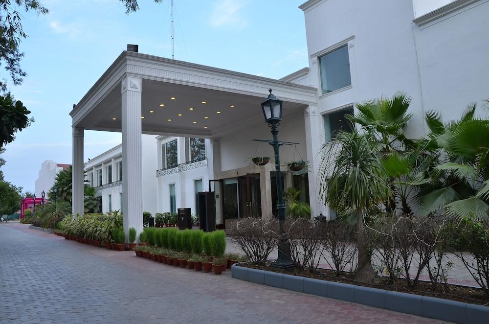 컨트리 인 & 스위트 바이 래디슨, 델리 삿바리(Country Inn & Suites by Radisson, Delhi Satbari) Hotel Image 11 - Hotel Entrance