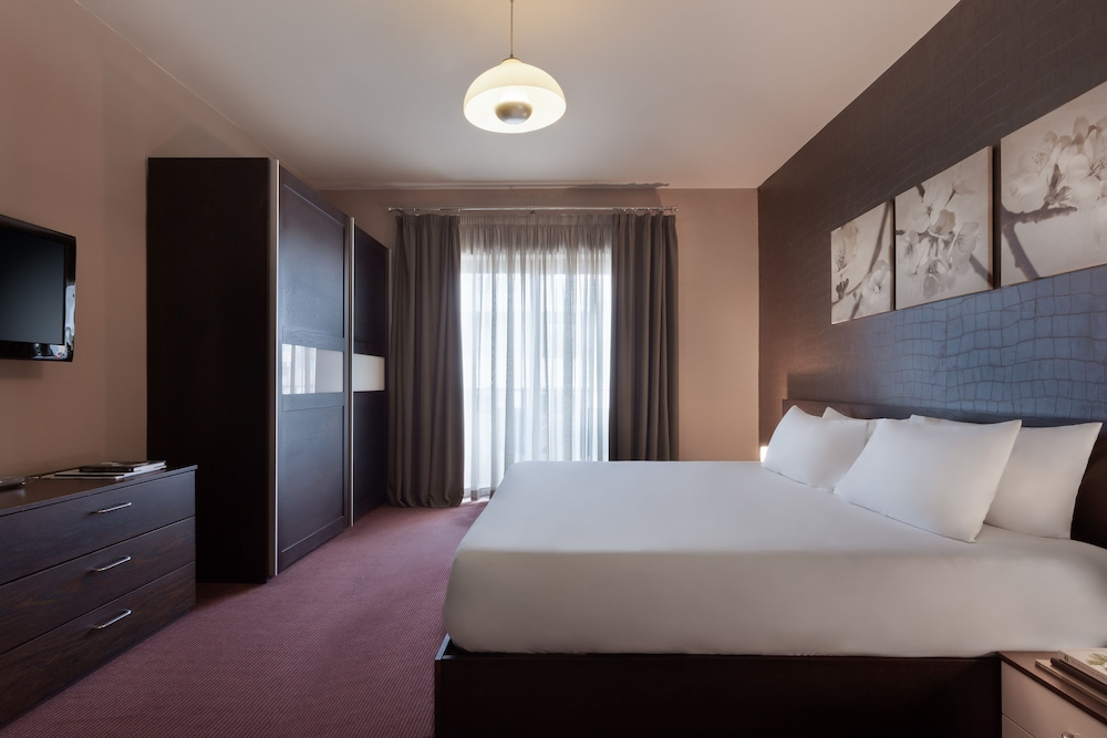 https://i.travelapi.com/hotels/5000000/4340000/4338200/4338165/5ea2e890_z.jpg