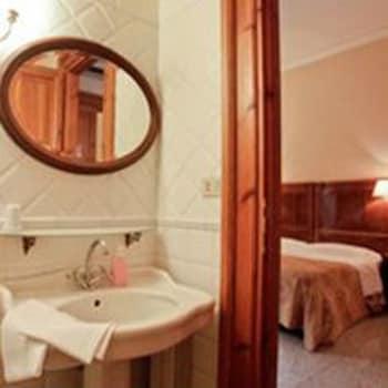 라 메종 드 마르타(La Maison de Marta) Hotel Image 27 - Bathroom Sink