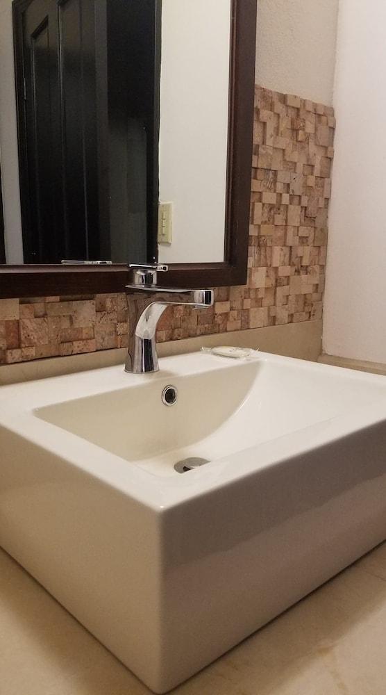 베스트 웨스턴 라오스 마르 호텔 & 스위트(Best Western Laos Mar Hotel & Suites) Hotel Image 17 - Bathroom Sink