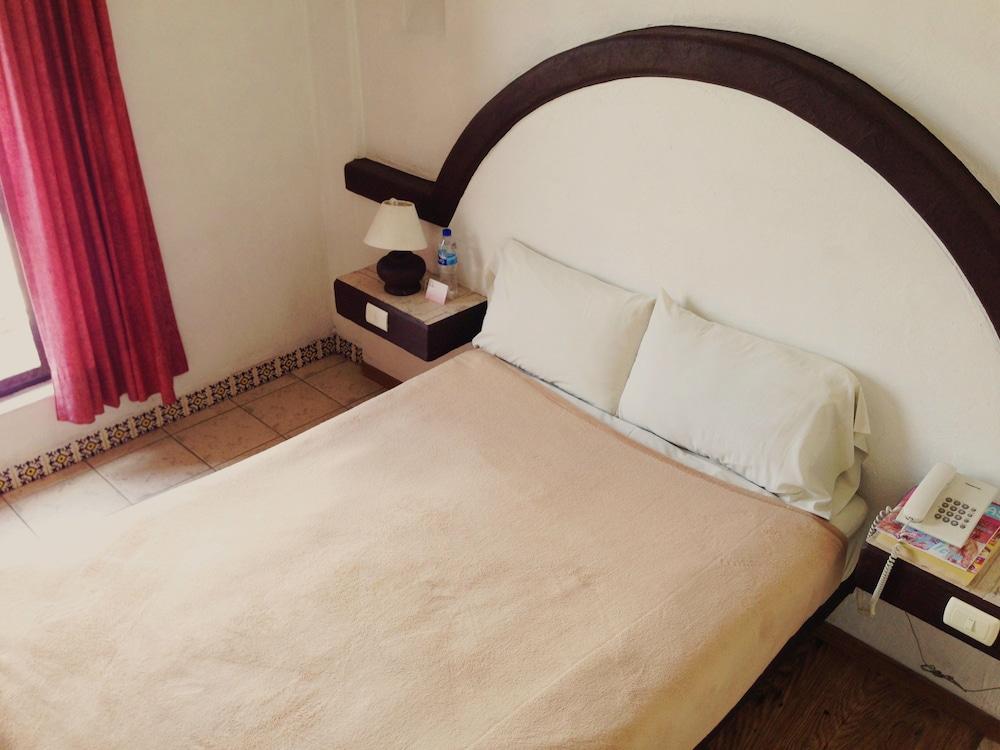 호텔 플라자 모렐리아(Hotel Plaza Morelia) Hotel Image 8 - Guestroom