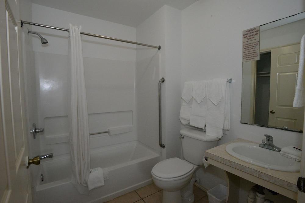 포트 이슬라 인(Port Isla Inn) Hotel Image 16 - Bathroom