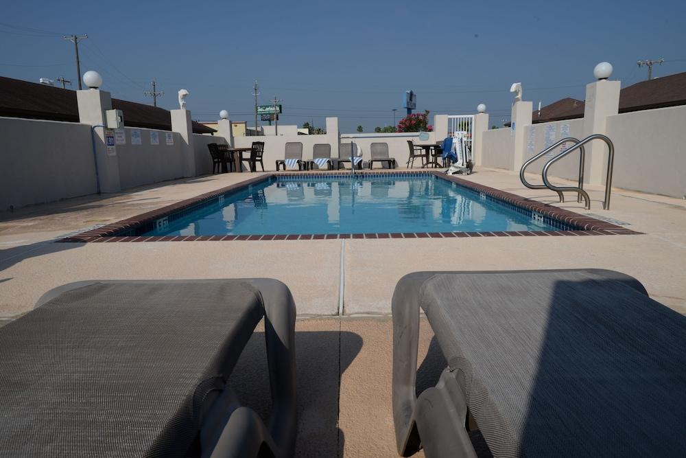 포트 이슬라 인(Port Isla Inn) Hotel Image 18 - Outdoor Pool