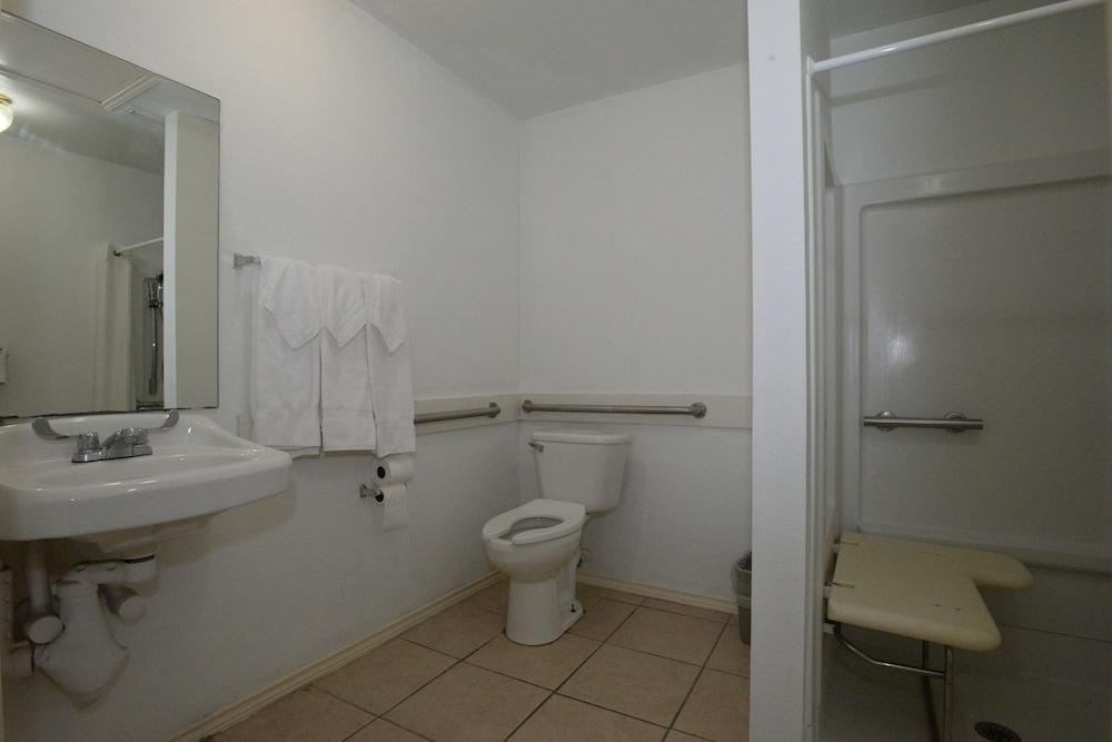 포트 이슬라 인(Port Isla Inn) Hotel Image 15 - Bathroom