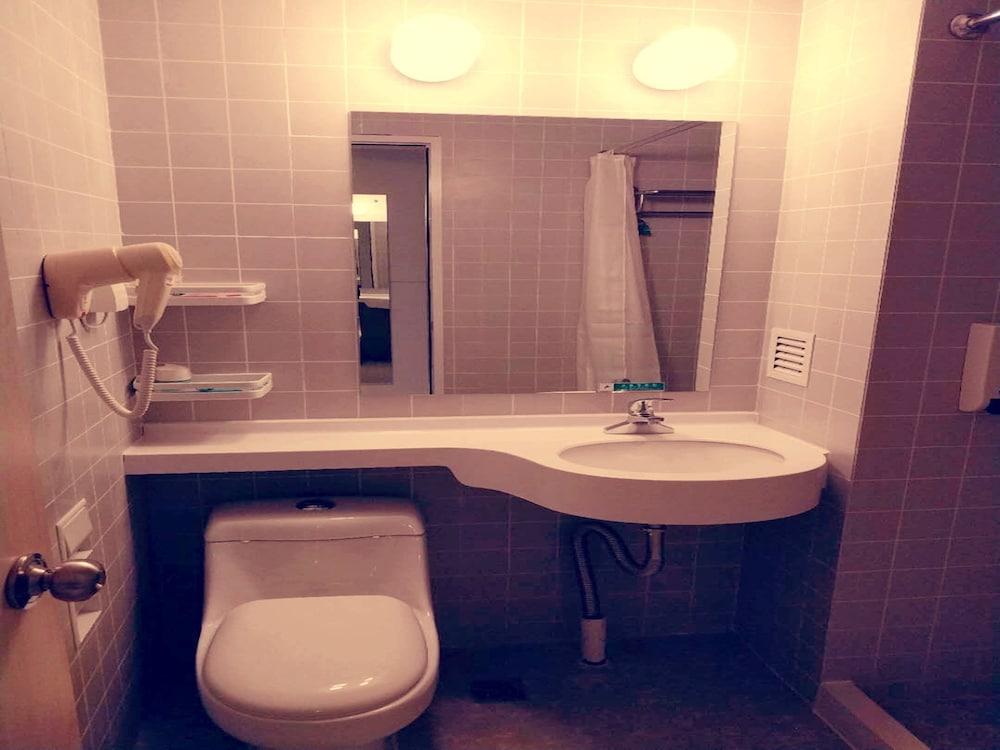진장 인 양저우 장양 로드 C(Jinjiang Inn Yangzhou Jiangyang Rd. C) Hotel Image 1 - Bathroom