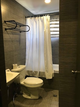 Cebu R Hotel Bathroom