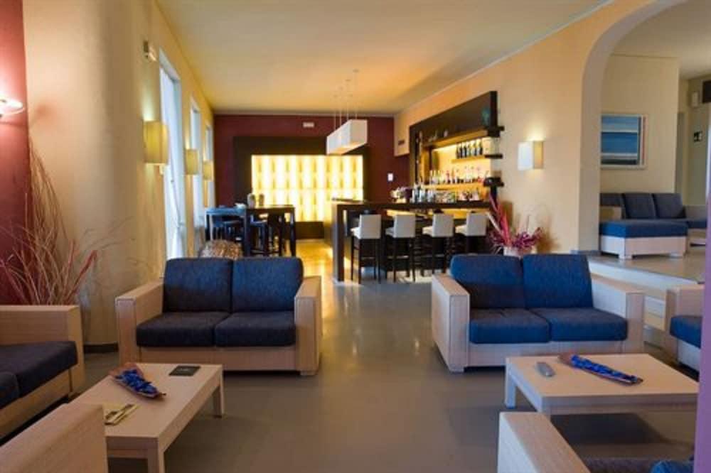 호텔 일 니도(Hotel il Nido) Hotel Image 1 - Lobby Sitting Area