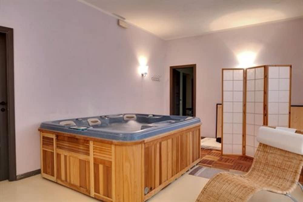 호텔 일 니도(Hotel il Nido) Hotel Image 32 - Indoor Spa Tub