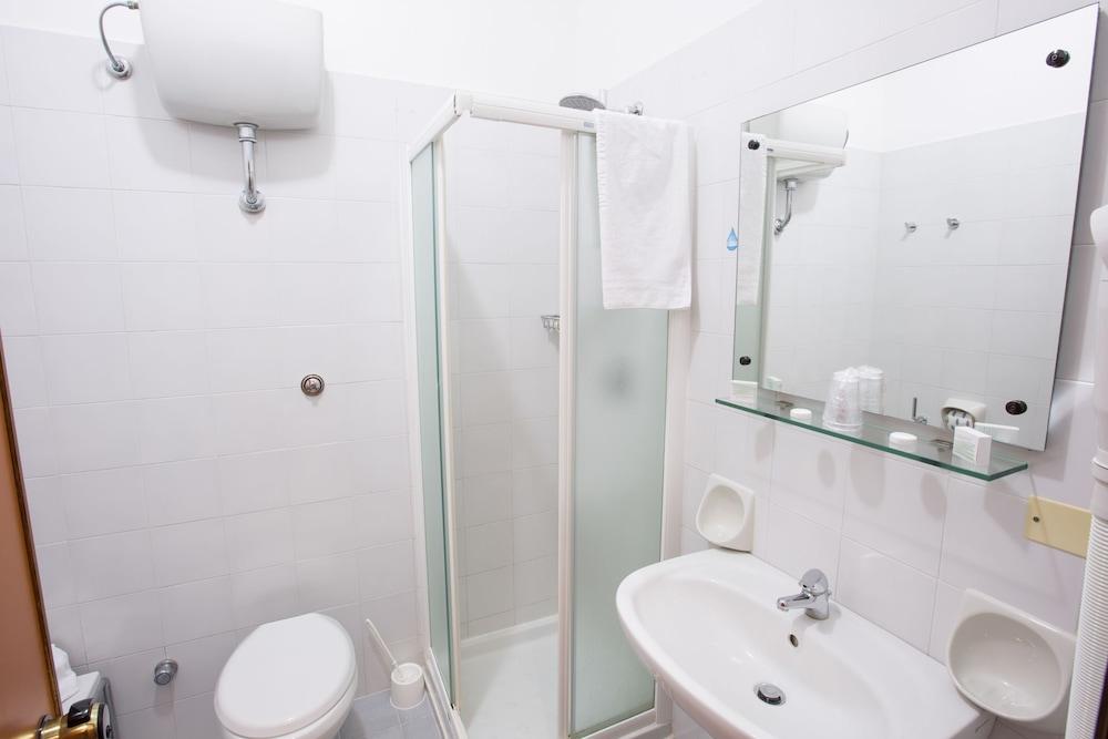 호텔 메디테라네오(Hotel Mediterraneo) Hotel Image 9 - Bathroom