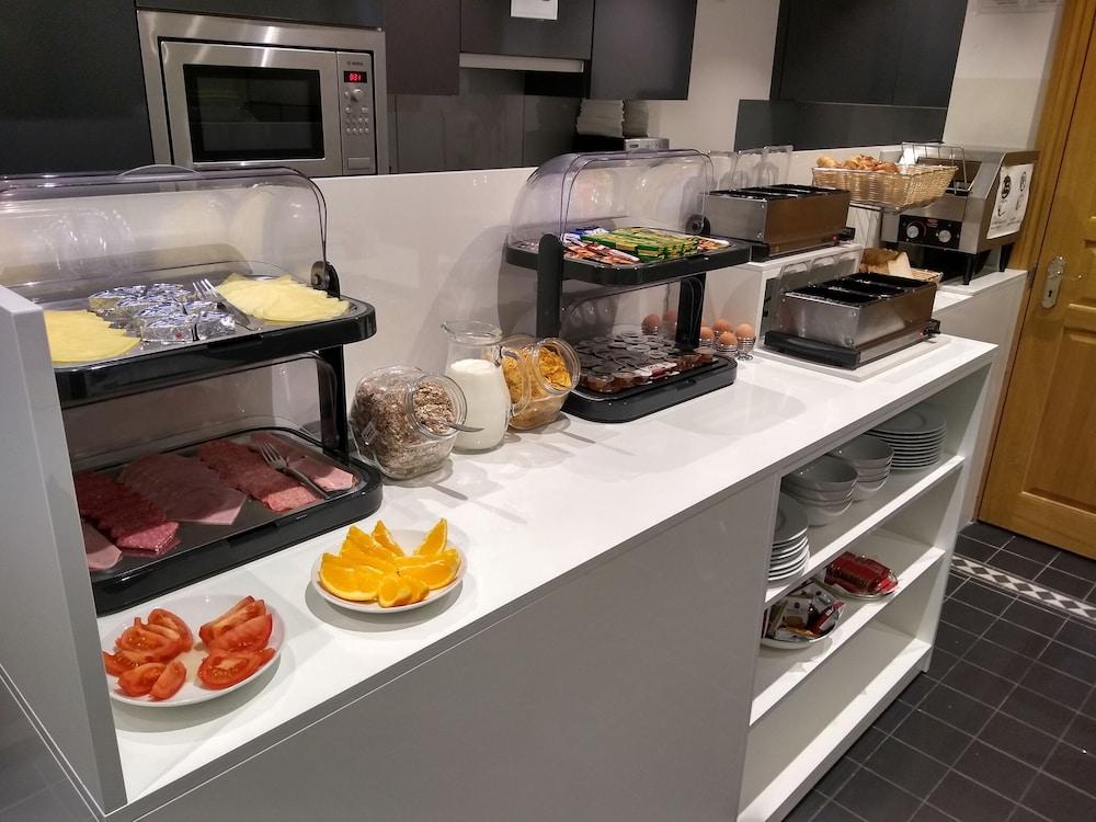 M스테이 러셀 코트 호텔(MStay Russell Court Hotel) Hotel Image 53 - Breakfast buffet
