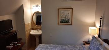 Room #10 - Queen Bed
