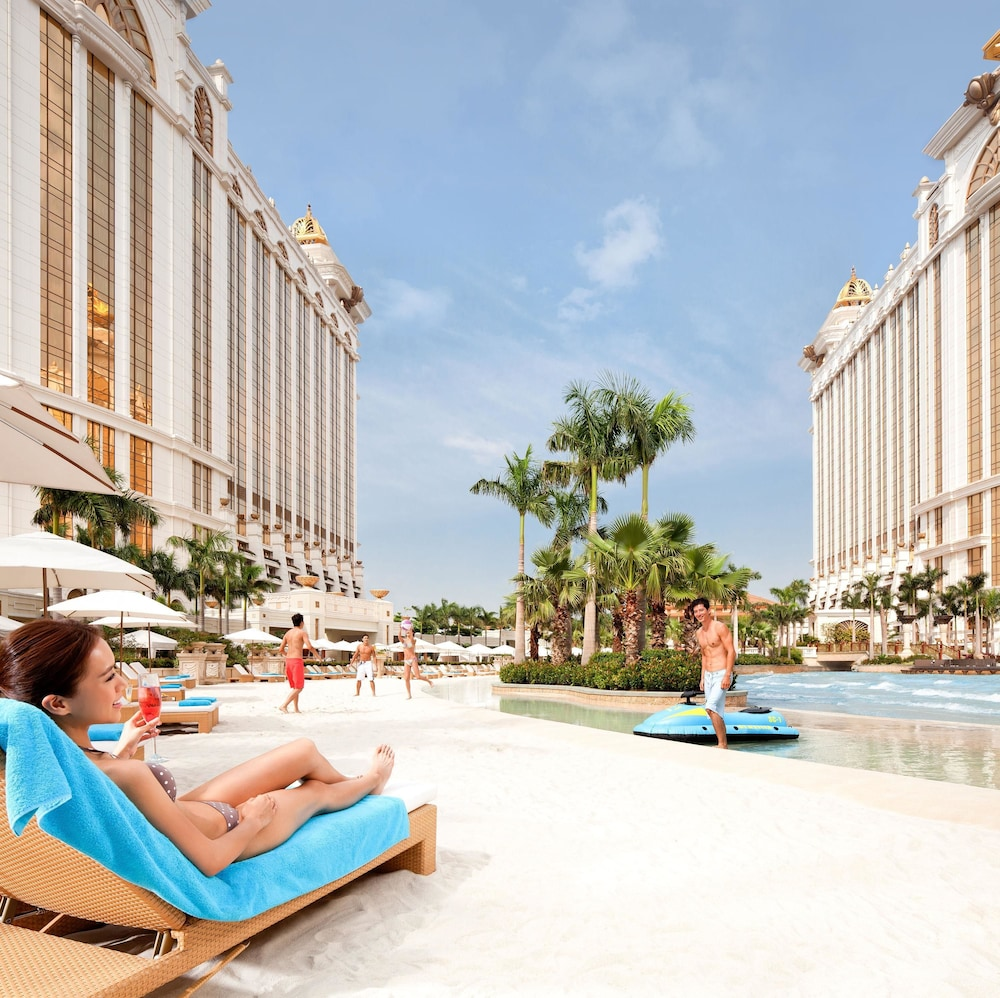 마카오 호텔 추천 갤럭시 호텔 야외수영장 선베드에 누워있는 여자