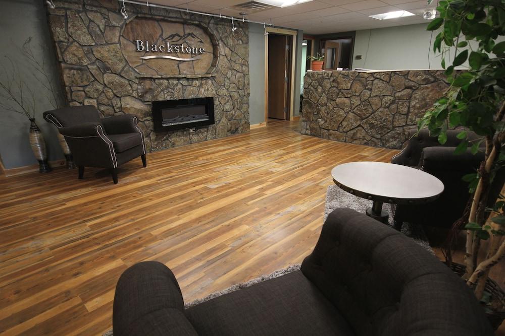 블랙스톤 로지 & 스위트(Blackstone Lodge & Suites) Hotel Image 1 - Lobby